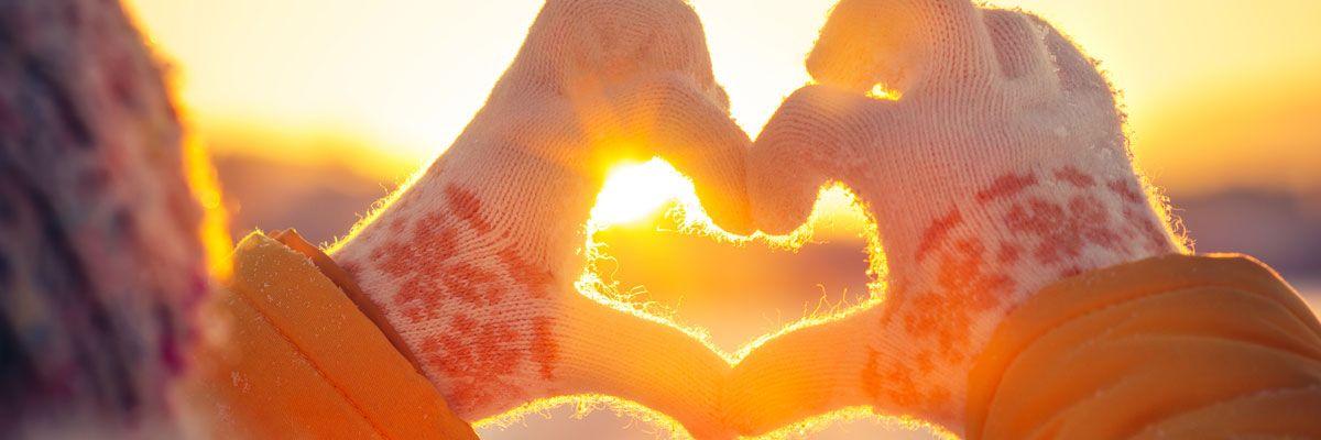 Una persona hace forma de corazón con las manos